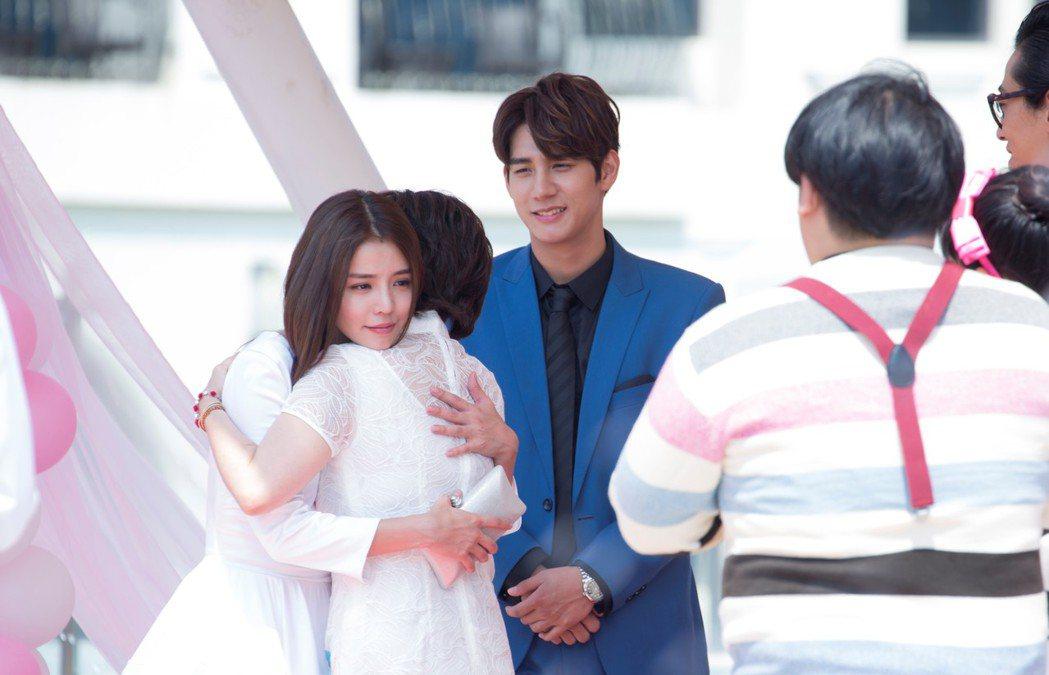 李毓芬、王彩樺婚禮上擁抱道別。圖/東森提供
