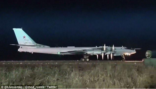 俄國戰略轟炸機準備升空執行任務。(圖/截自俄羅斯國防部YouTube)