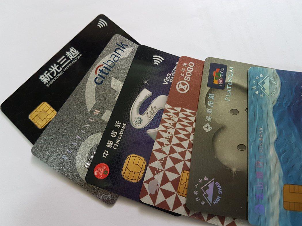 民眾刷部分銀行信用卡,在815家可接受信用卡的「公務機關」繳費,須支付10到20...