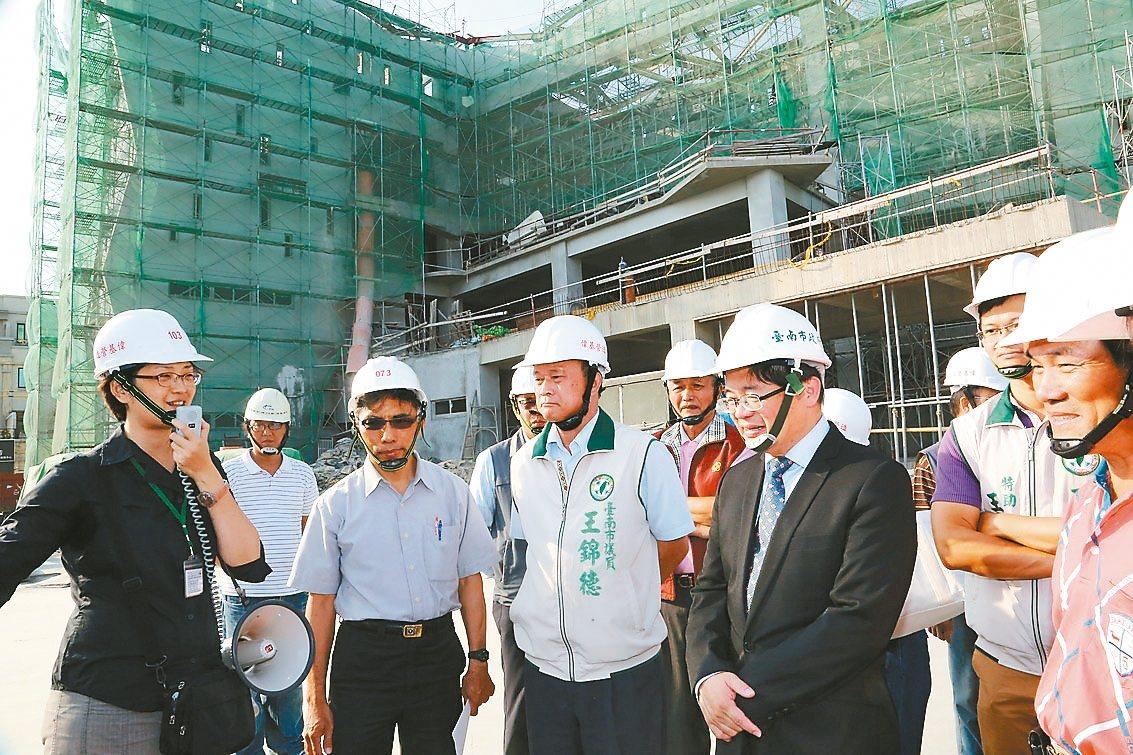 台江文化中心從前年12月開工至今,已完成進度達50%以上,代理市長李孟諺(左四)...