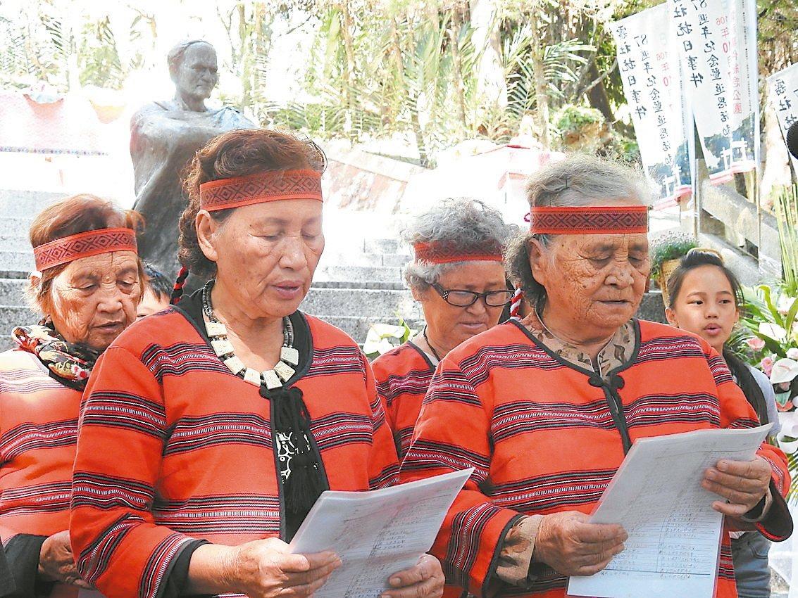 魯比馬紅(左一)昨與族內耆老率孩童吟唱賽德克古調或傳統舞蹈,向抗日英靈致敬。 記...