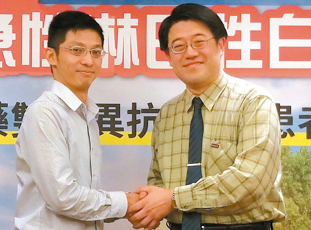 黃姓家醫科醫師(左)感謝中國附醫血液腫瘤科主任葉士芃(右)救治他的母親。 記者趙...