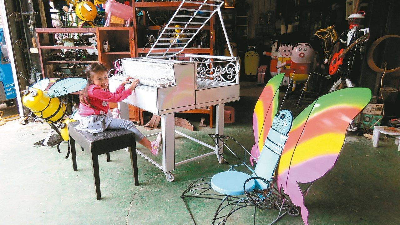 2017桃園花彩節,龍潭展區有白色鋼琴、彩蝶座椅,以及2隻造型可愛的小蜜蜂。 記...