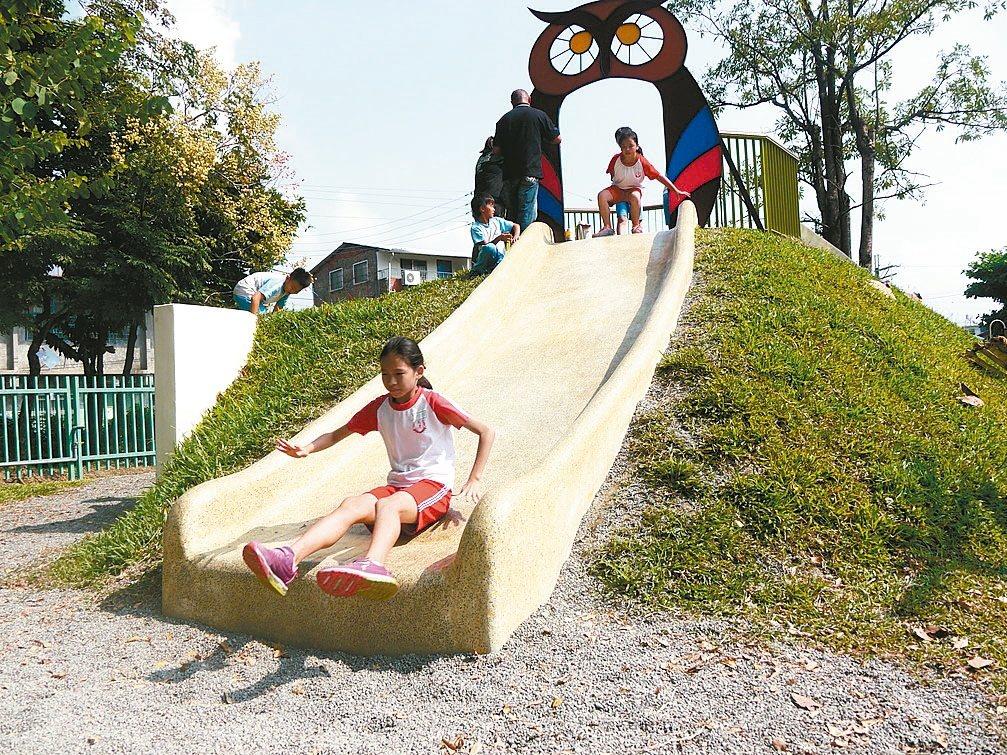 美濃小山溜滑梯,山頭上還有貓頭鷹守護學童安全。 記者徐白櫻/攝影