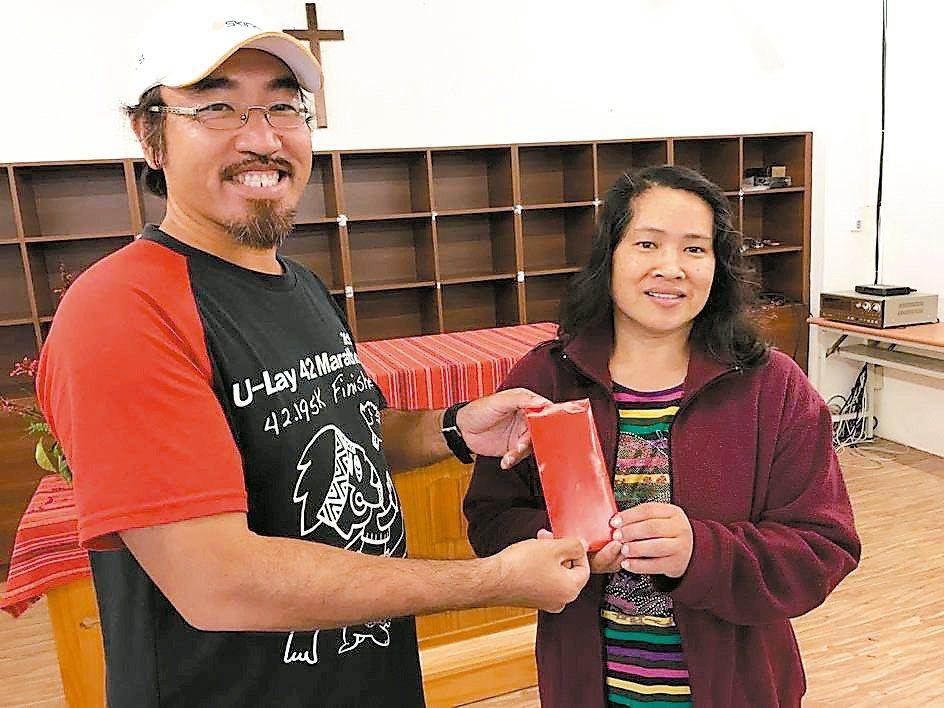 數學老師邵敬一(左)將舉辦烏來馬拉松結餘款湊足3萬元,昨捐給林慶台牧師為福山教會...