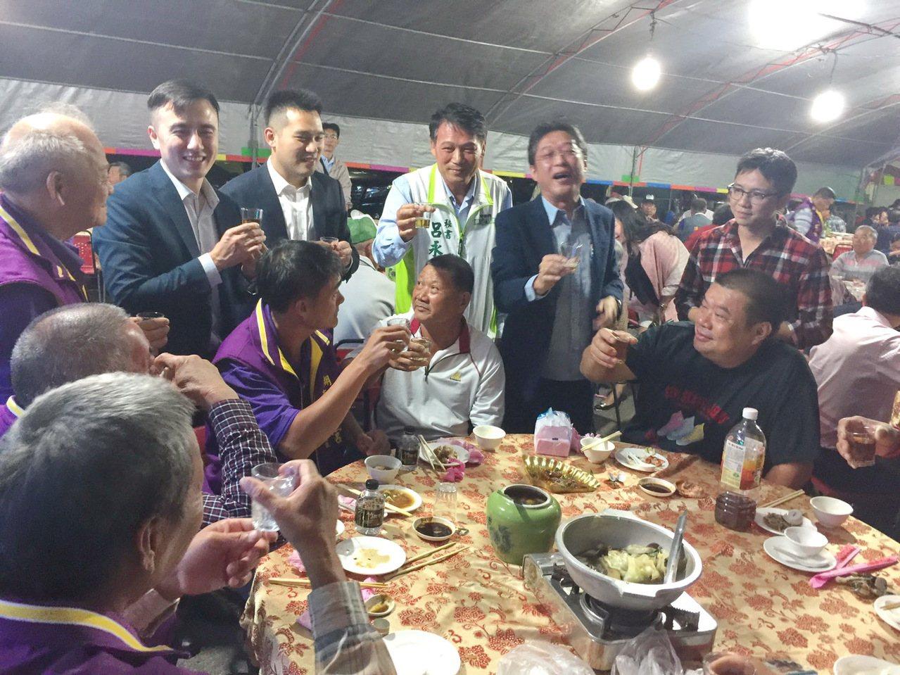將建造雲林第一座綠能電廠的永鑫能源公司大開敬老宴和鄉親博感情。 記者蔡維斌/攝影