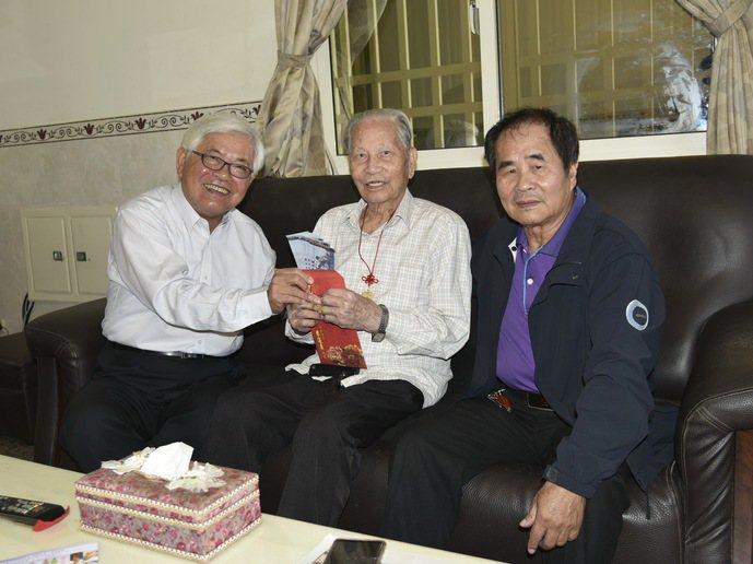 雲林縣長李進勇拜訪雲林縣百歲人瑞,並致贈敬老金。 記者蔡維斌/攝影