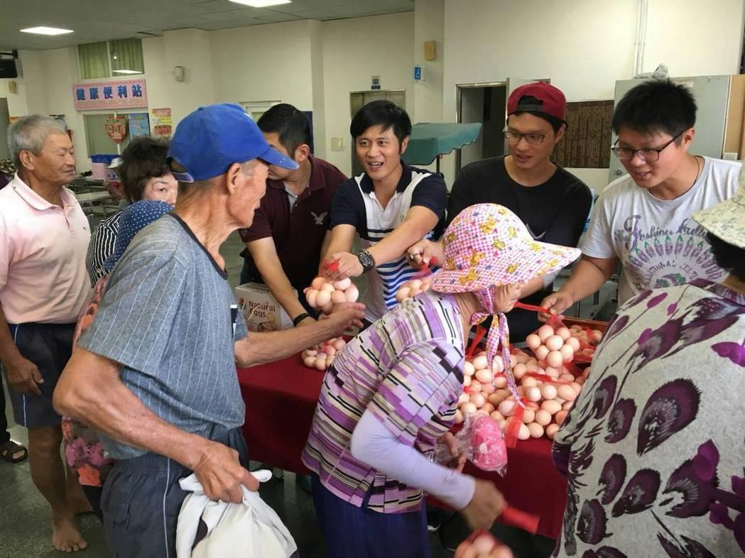 口湖鄉返鄉青農昨天也捐贈健康有機蛋給老人吃健康。 記者蔡維斌/攝影