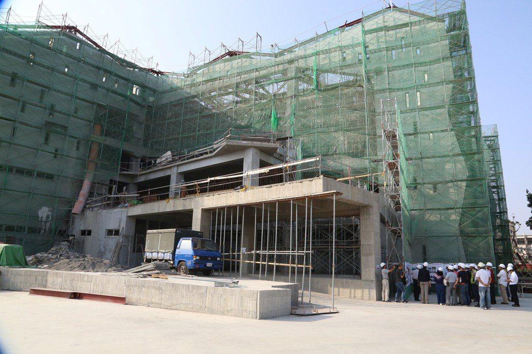 台江文化中心從前年12月開工至今,已陸續完成地下室停車場、圖書館、舞蹈教室、排練...
