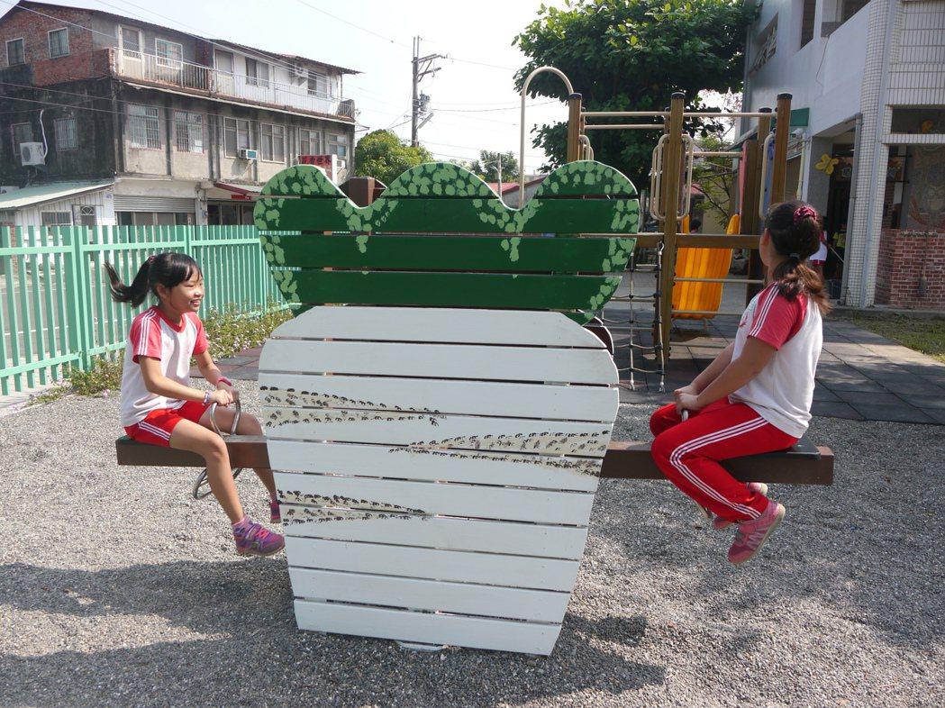 白玉蘿蔔是美濃特有農作物,也可變身遊戲器材讓學童遊玩。 記者徐白櫻/攝影