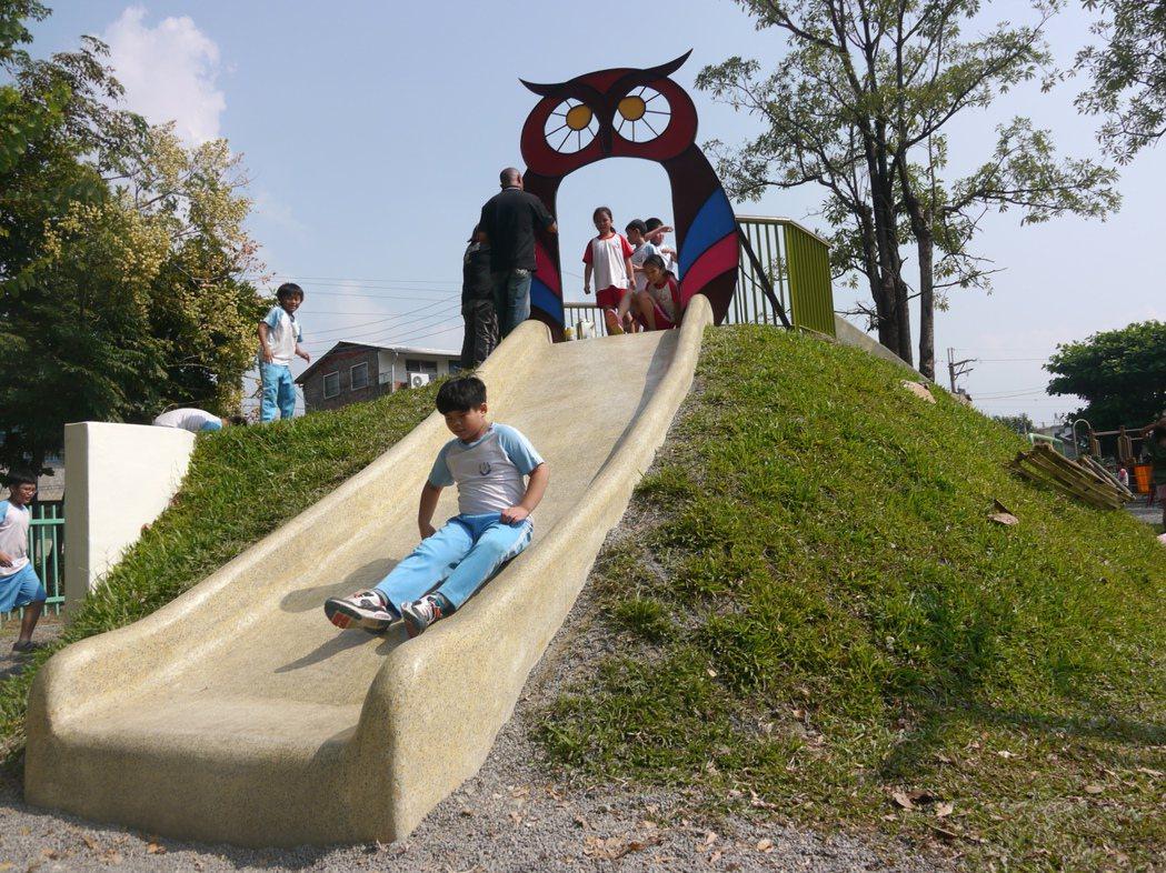 校園吉祥物貓頭鷹守護的溜滑梯,滑道非常寬敞。 記者徐白櫻/攝影