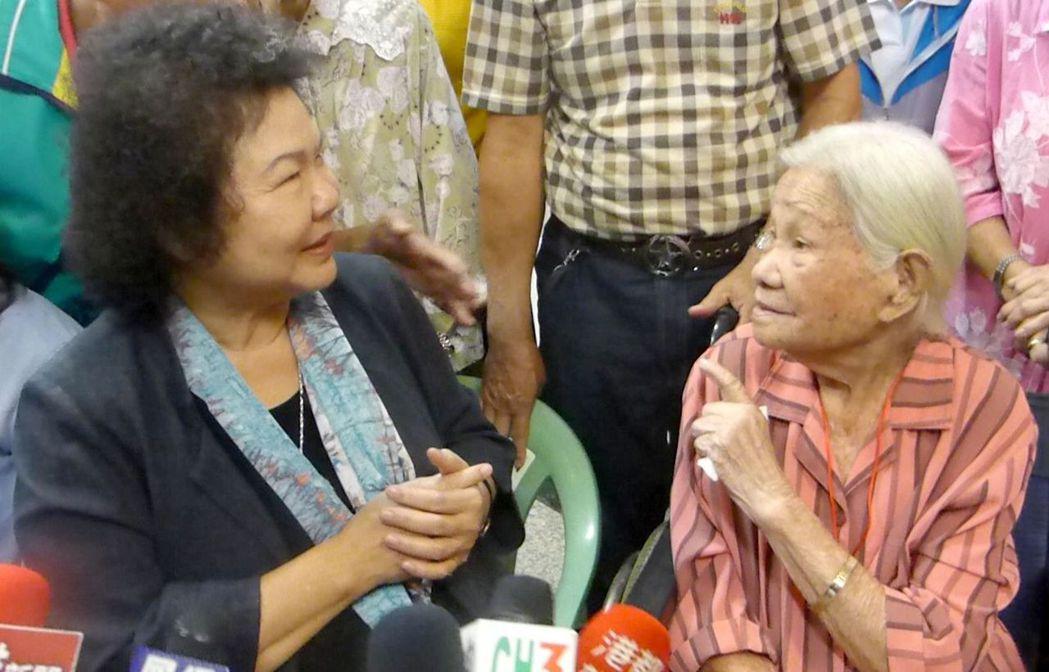 高雄市長陳菊(左)昨天探視百歲人瑞顏蘇銀,老人家稱讚陳菊市政做得好,還知道她的任...
