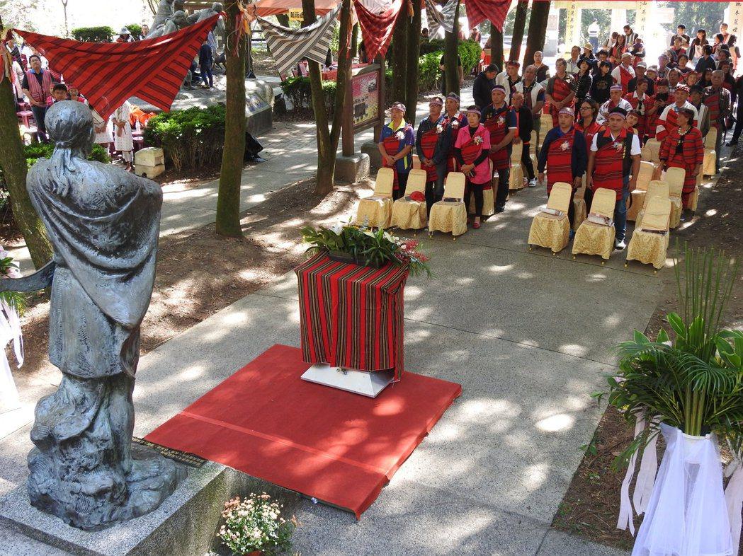 莫那魯道銅像座落霧社事件紀念公園內,昨則辦理霧社抗日事件87周年紀念暨追思活動。...
