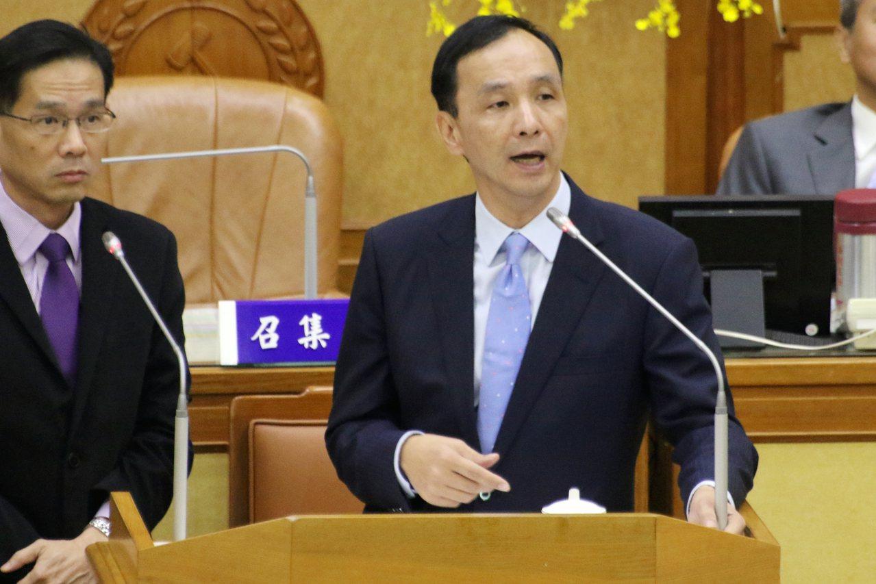 新北市議員鄭宇恩指出青創貸款執行率低,新北市長朱立倫(右)指出,將會進行檢討。 ...