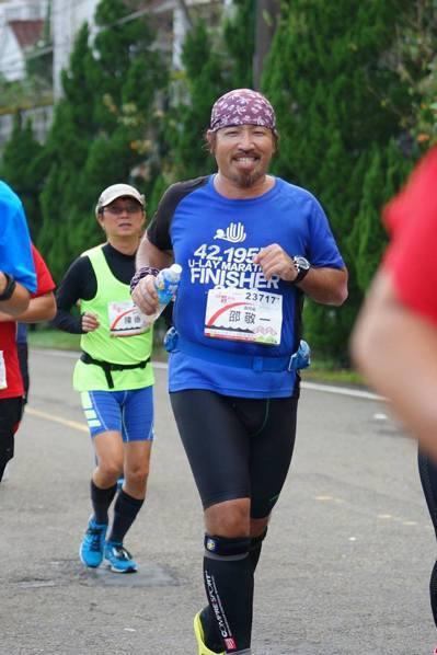 新店安康高中數學老師邵敬一自稱是「愛跑馬拉松的中年胖子」,不僅愛跑馬拉松,更愛做...