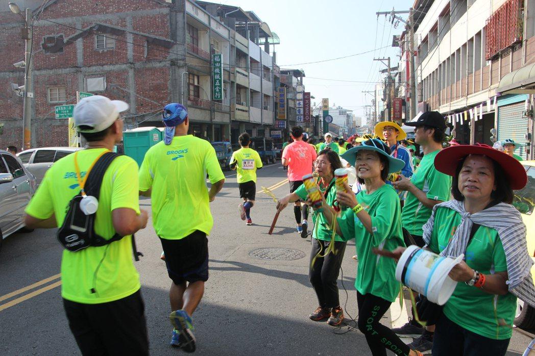 人氣第一名的田中馬拉松近三千名鎮民啦啦隊奇裝異服、敲鑼打鼓為選手加油,號稱「讓人...
