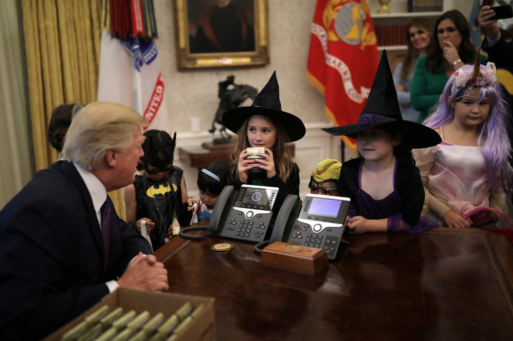 川普秉持「不給糖就搗蛋」的傳統,發送萬聖節糖果給記者子女。 路透