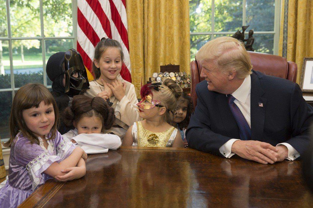 美國總統川普27日邀請記者的小孩入白宮,慶祝萬聖節。 圖/白宮提供