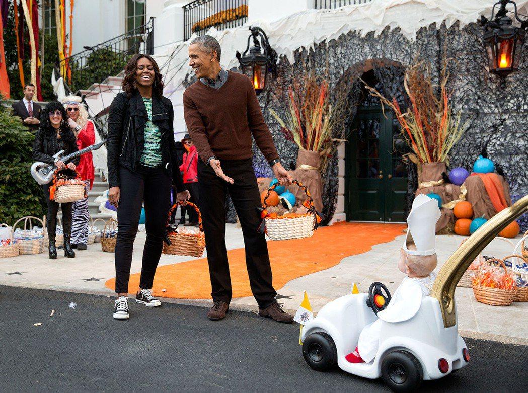 美國前總統歐巴馬與夫人蜜雪兒曾在2015年,於白宮慶祝萬聖節。 圖/取自「歐巴馬...