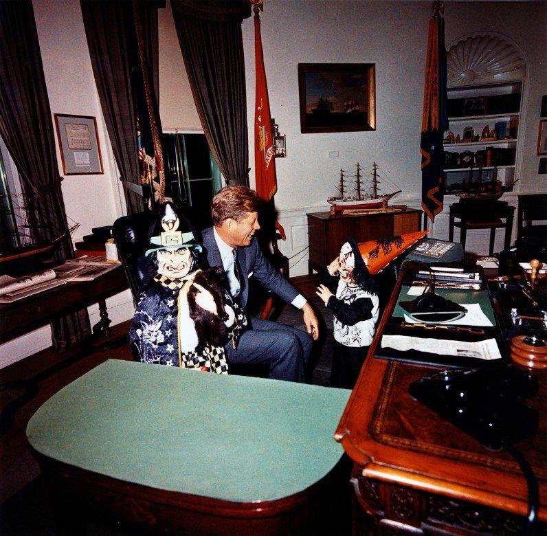 1958年萬聖節也是10月30日,艾森豪總統夫人當天首開先例,在萬聖節開放白宮,...