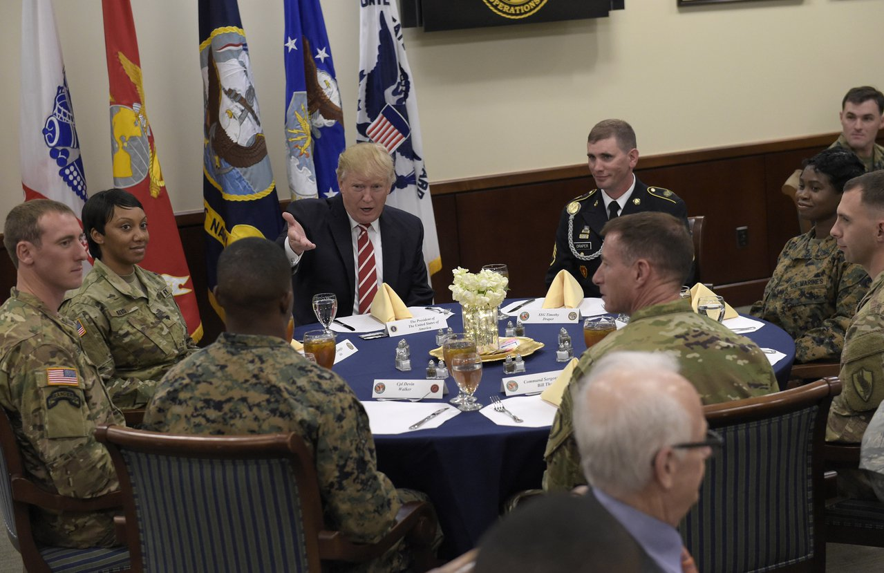 最新民調顯示,美軍官兵對身為三軍統帥的川普總統看法兩極化。(美聯社 )