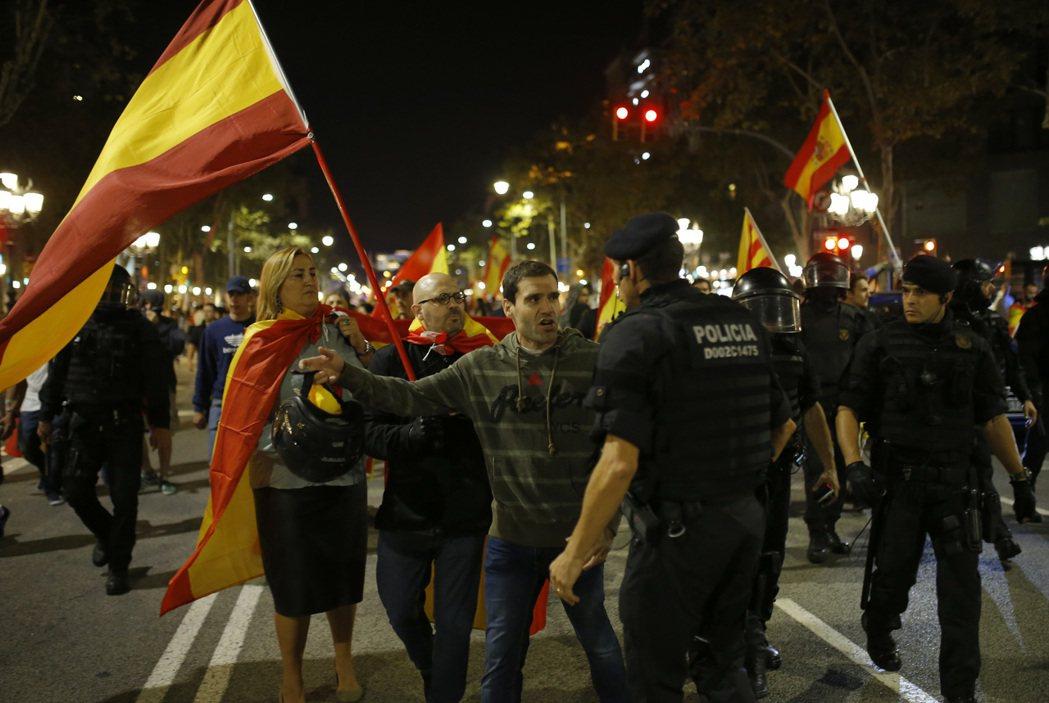 支持西班牙統一的民眾走上街頭,遇上加泰隆尼亞警察。(美聯社)