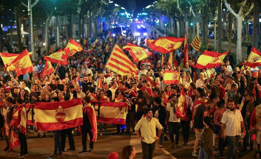 支持西班牙統一的民眾也走上巴塞隆納街頭,反對加泰隆尼亞獨立。(路透)