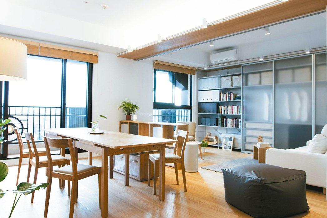 適切地將空間重新分配,加上牆面利用滑門打造的收納空間,讓家變大了,裝修費用約13...