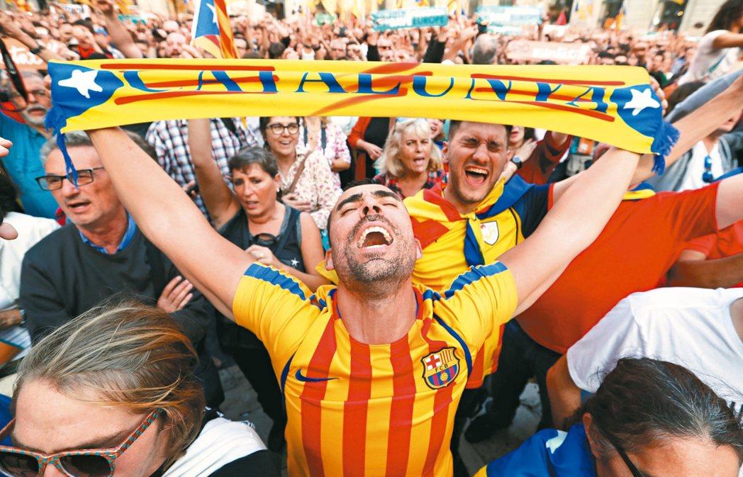 儘管加泰隆尼亞只是片面宣布獨立,獨派民眾仍難掩興奮之情,高舉旗幟慶祝。 路透