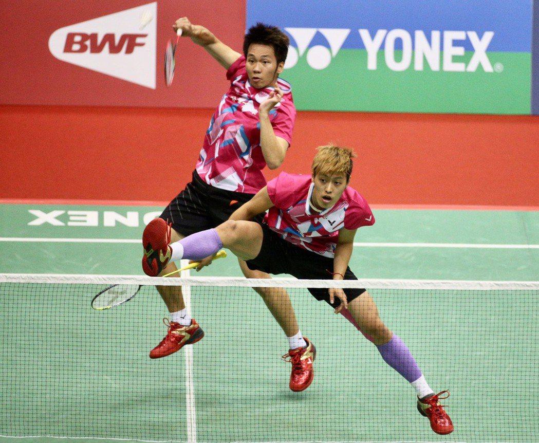 李洋(左)和李哲輝今天在法國羽球公開賽以直落二成績順利晉級。記者林伯東/攝影(資...