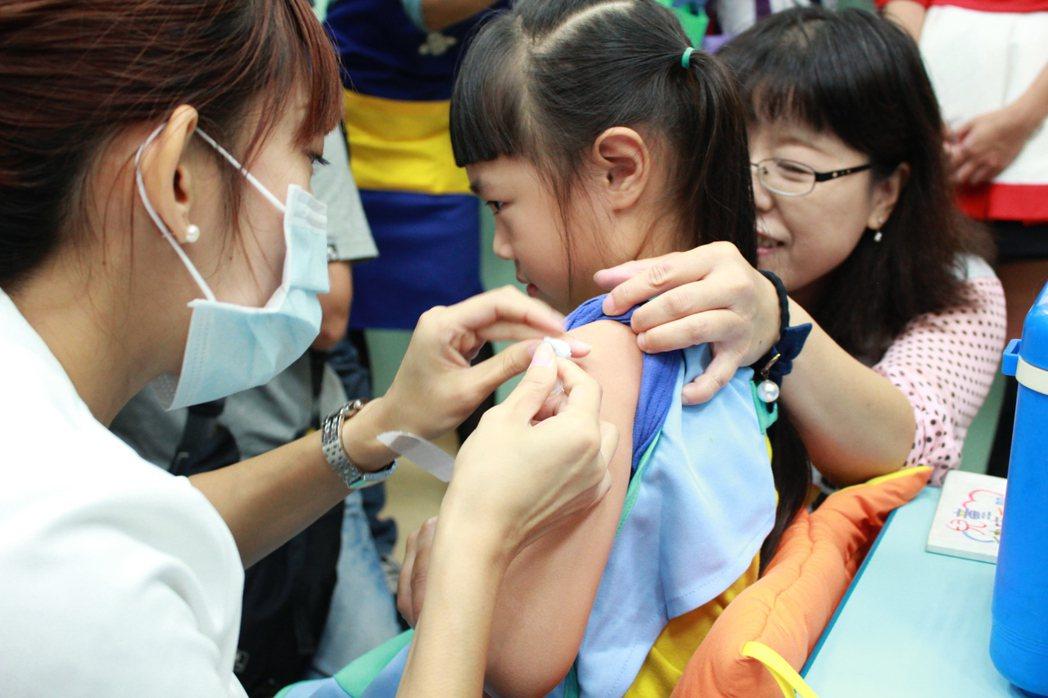 台灣疫苗推動協會理事長、兒科醫師李秉穎今天說,每年流感疫苗施打率最高是醫護人員,...