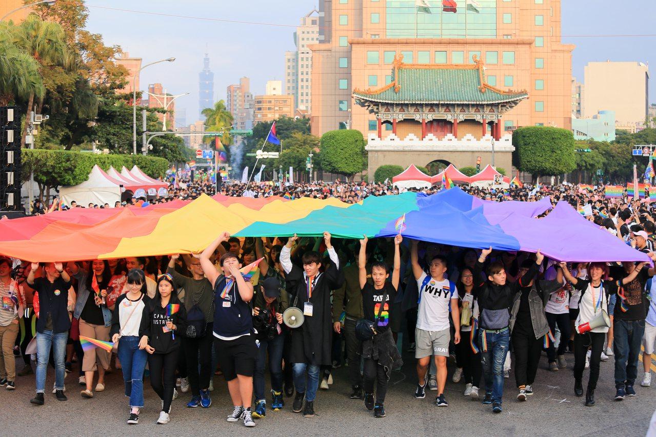 2017台灣同志大遊行昨天在凱道集結出發,遊行團體跟隨巨幅6色彩虹旗出發,帶領與...