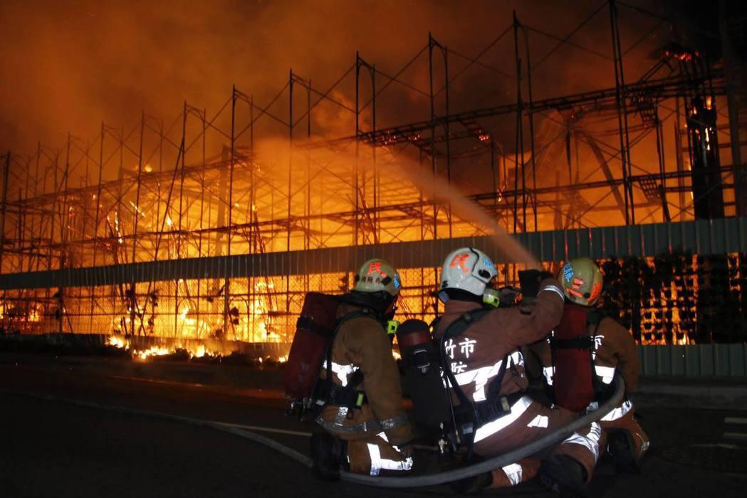 消防員執行火警任務時,都是冒著生命危險搶救。 聯合報系記者陳妍霖/翻攝