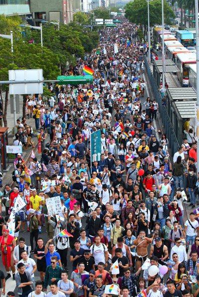 2017年第15屆台灣同志遊行今舉行,是台灣有史以來規模最大的同志遊行。 聯合報...