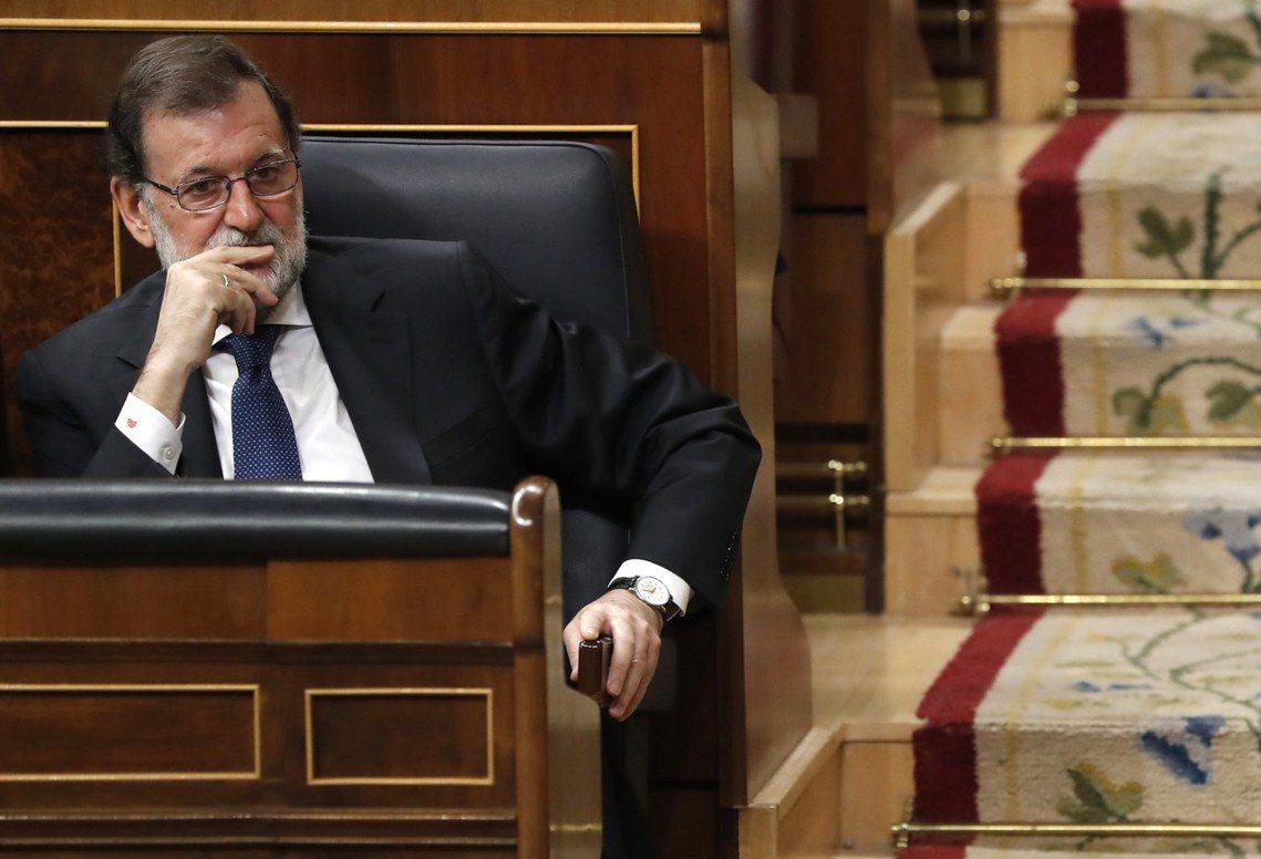 西班牙首相拉荷義表示,有鑒於加泰隆尼亞「少數派的叛亂之舉」,西班牙政府將遵從憲法...