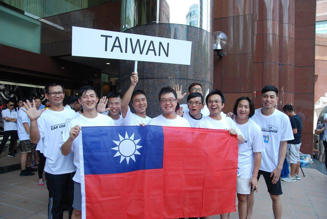 圖為台灣區代表十位選手的賽前合影。 記者林鼎智/攝影
