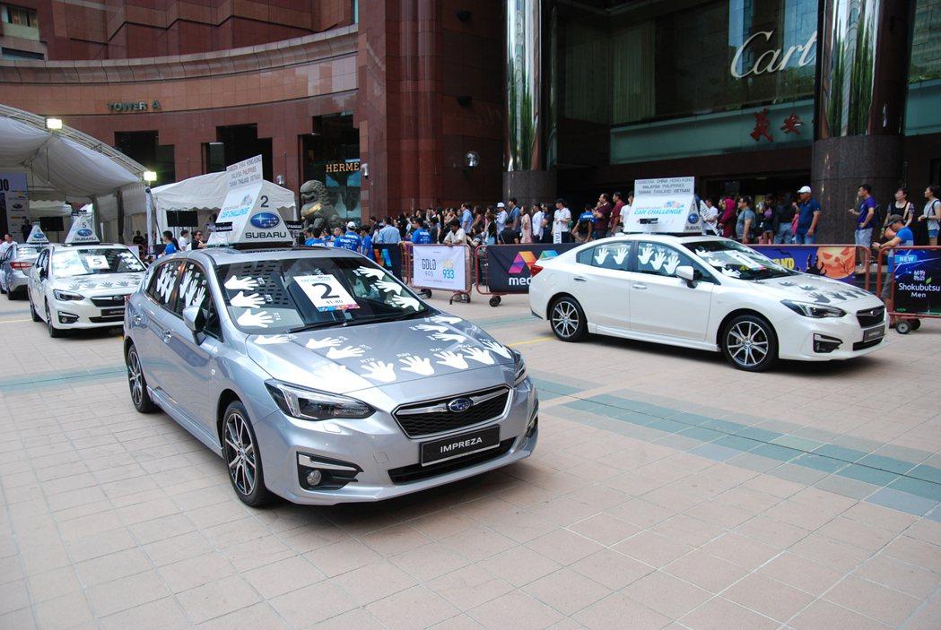 圖為台灣選手參賽的 1 號車(右)與 2 號車(銀),相當幸運地位在比較陰涼的位置。 記者林鼎智/攝影