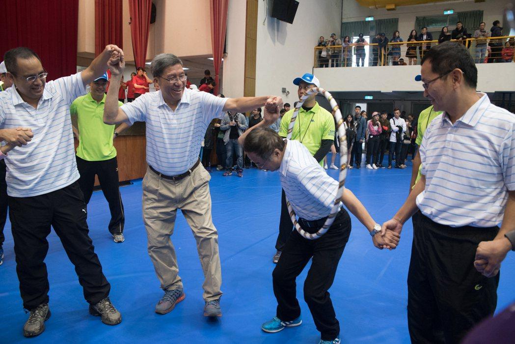 教職員趣味競賽。校長李大偉(前排左二)與教職員同樂。 黃啟銘/攝影。