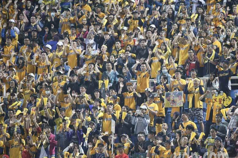 中華職棒總冠軍賽首戰,中信兄弟球迷擠滿外野,進場球迷總數則超過1萬9900人。 ...