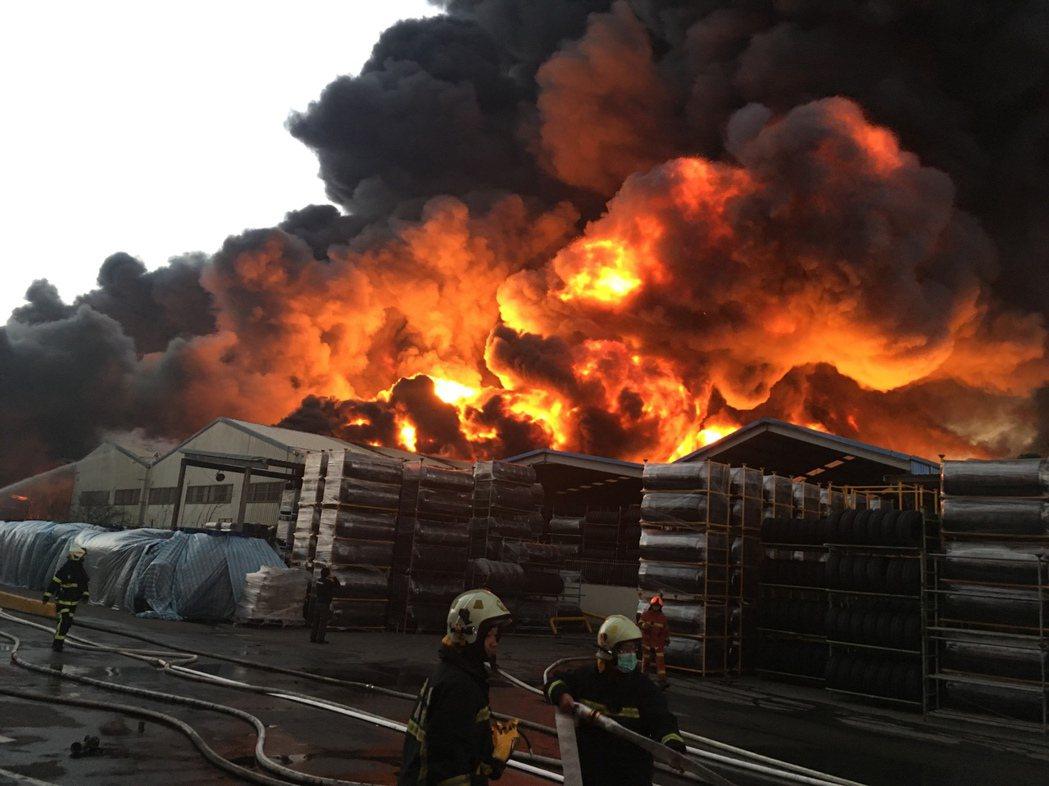 消防隊員面對熊熊大火的化學工廠火災,冒著爆炸聲、閃爆燃危險救災。 圖/桃園市消防...