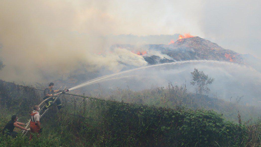 草叢、雜木林火災或圾掩埋場火災,消防員冒濃煙布水線滅火,長時間處理悶燒殘火。 記...