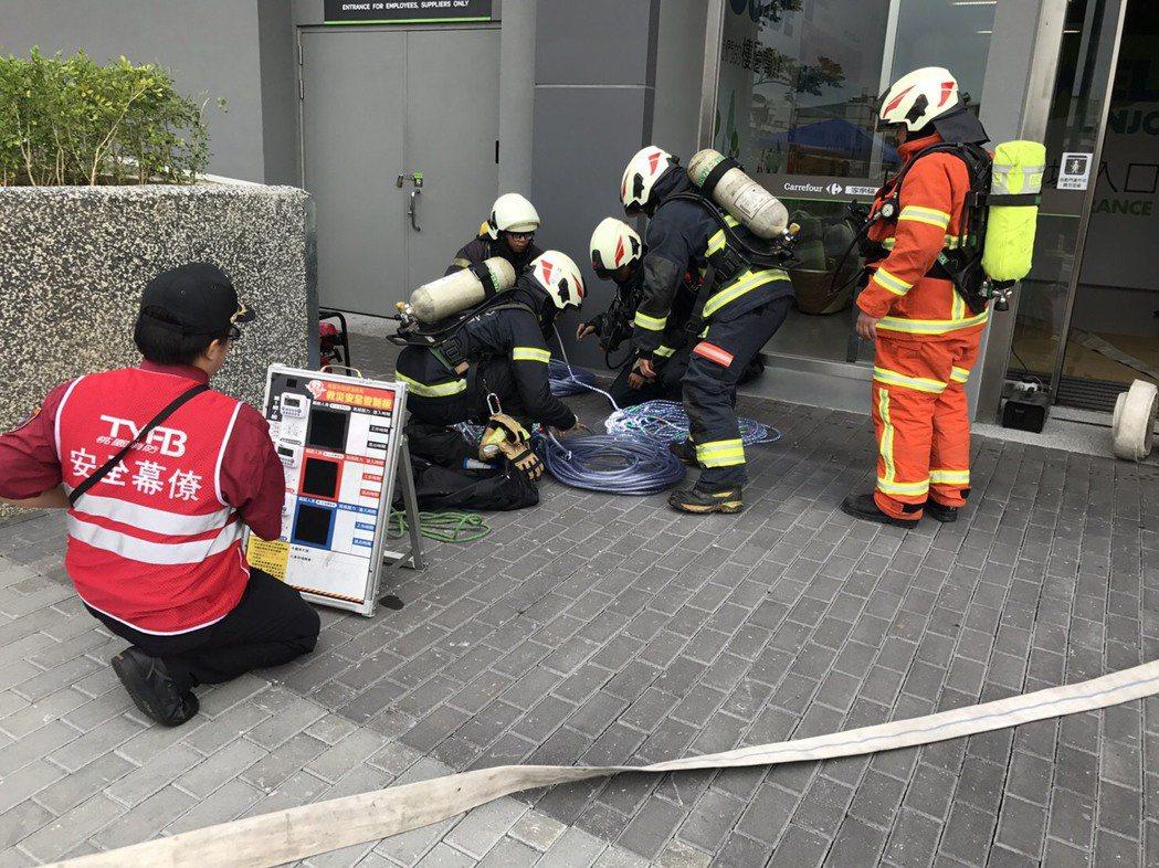 消防員進火場救災,場外消防安全官在人員出入管制板前,用無線電聯絡場內消防員現況。...