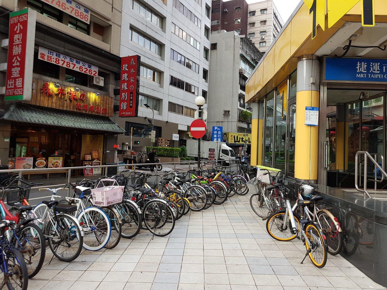 台北市衝2020年自行車位要達4.6萬席,如今北市自行車格已有3.8萬席,將持續...