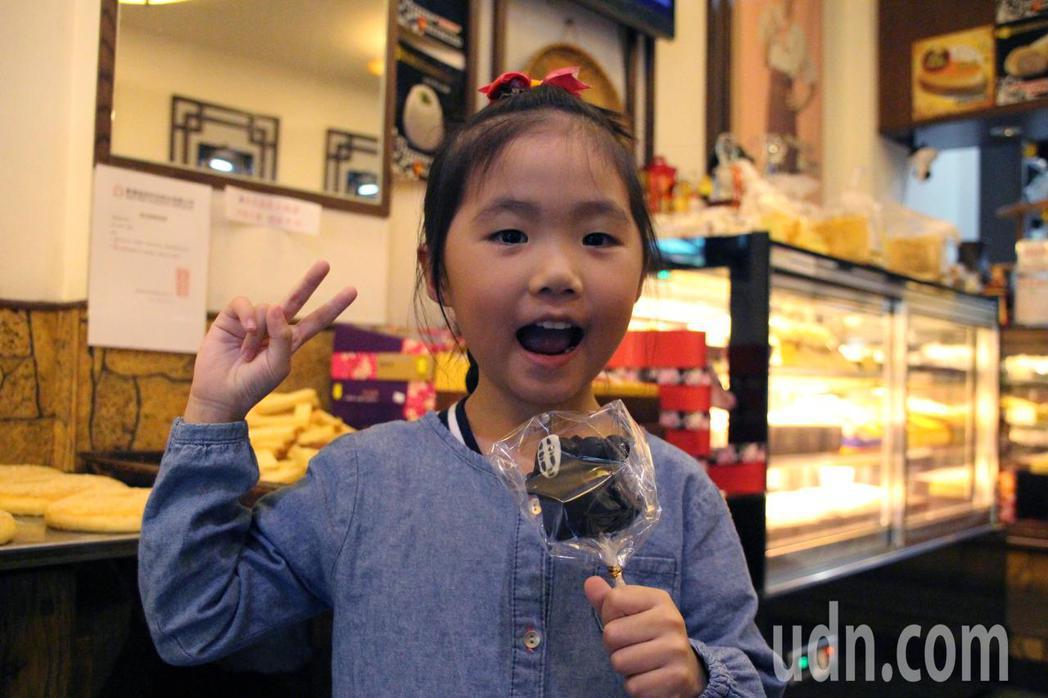 桃園市八德區美德糕餅鋪,推出創意萬聖節派對糕點,Q版無臉男棒棒糖蛋糕讓小朋友超興...