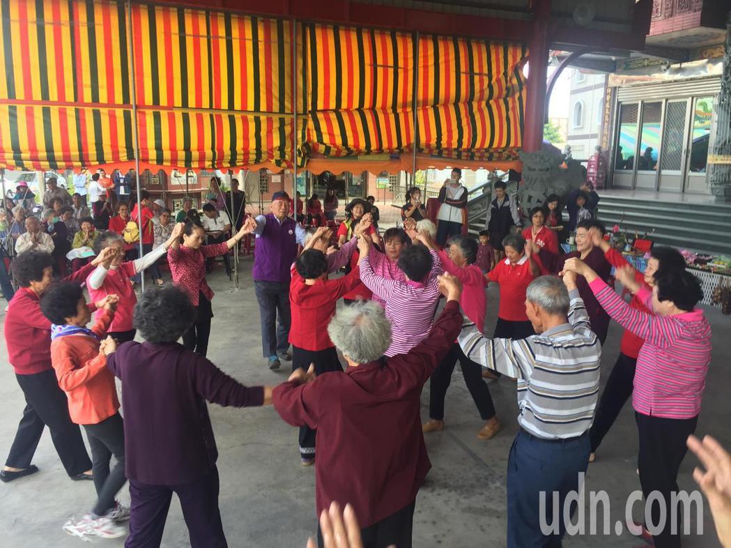 台南市麻口里舉辦九九重陽敬老活動,有長者土風舞表演。記者吳政修/攝影