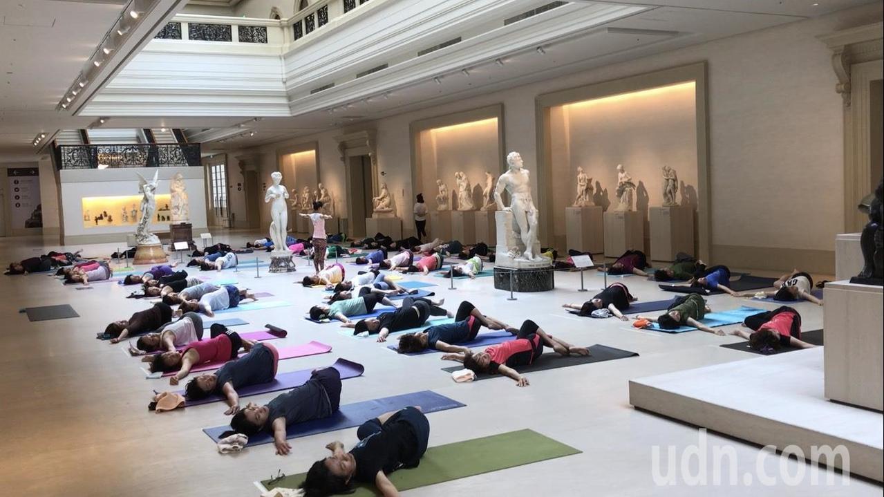 今早一場「羅丹瑜伽」在館內熱鬧登場,60位民眾興奮集合,一起步入展廳解放肢體,把...