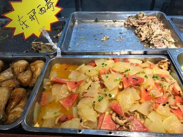大陸大學食堂推出江湖菜「東邪西毒」,就是把紅白蘿蔔混炒雞內臟。取自搜狐