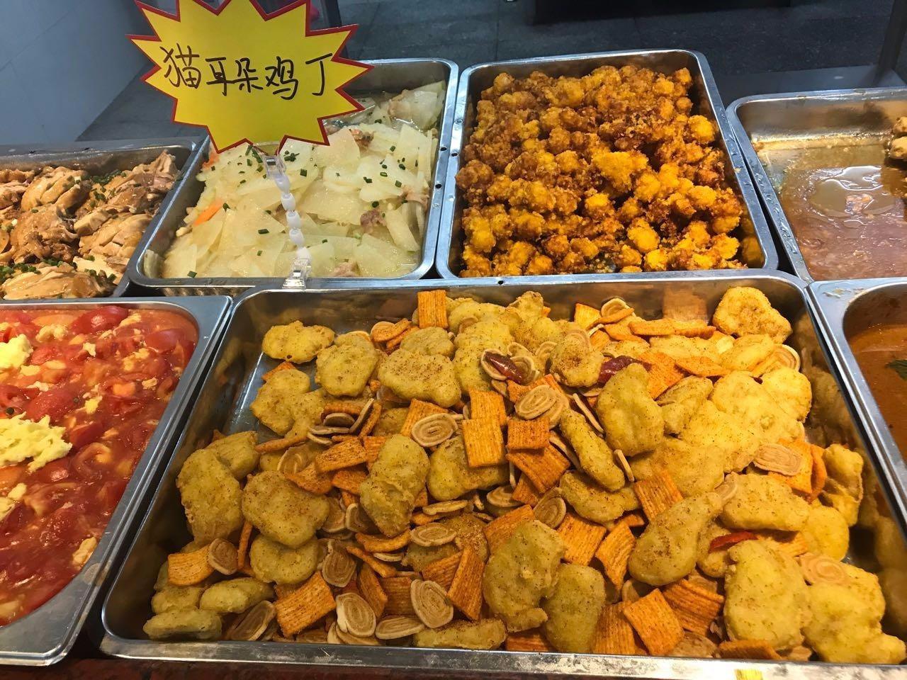 廣東工商學院這周推出「江湖菜」,這道「貓耳朵雞丁」,就是炸雞塊拌脆餅。取自搜狐