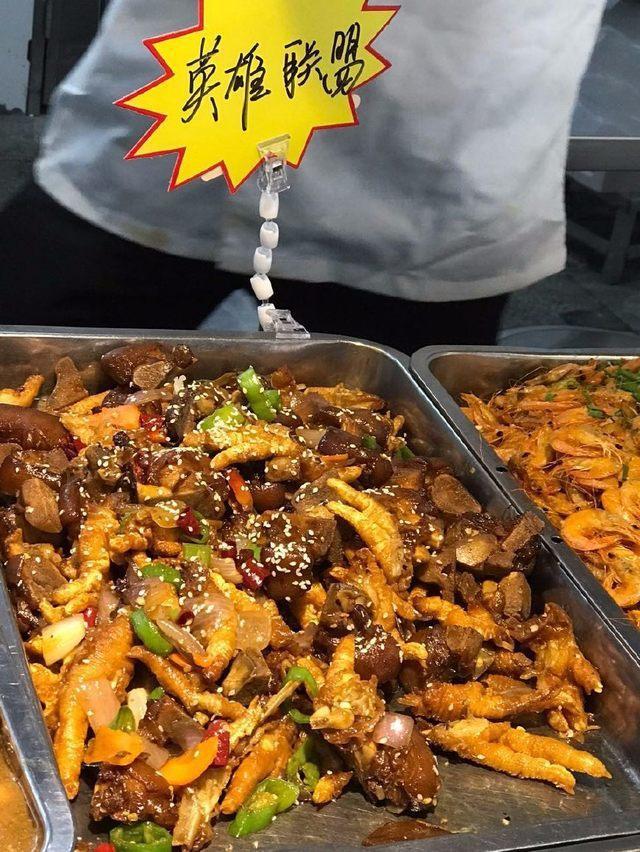 大陸大學食堂推出江湖菜「英雄聯盟」,就是豬腳跟雞爪混炒,吃過的同學反應炒得特別入...