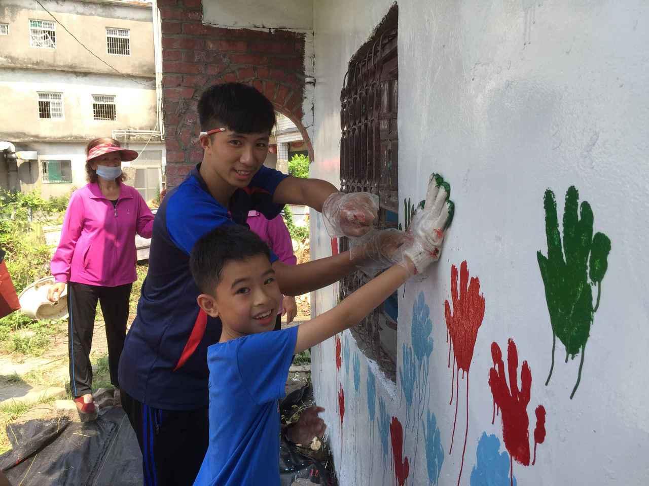 青年團隊辦理仙園樹人掌印彩繪活動,帶領林園孩童體驗牆面彩繪。圖/教育部提供